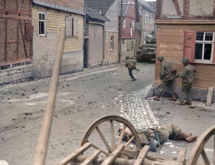 Улица немецкого города в годы войны и сейчас (2 фото)