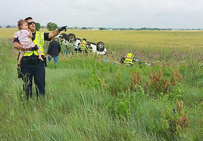 Полицейский отвлек девочку от страшной аварии (3 фото)