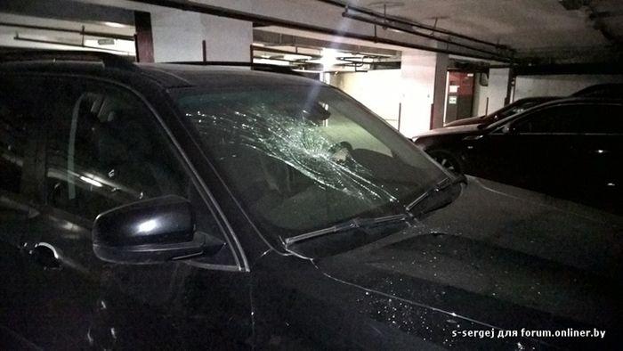 Ревнивая девушка по ошибке разбила чужой автомобиль (3 фото)