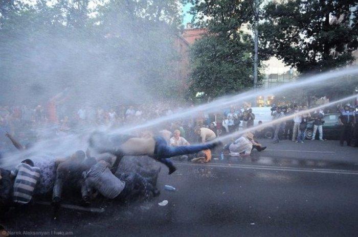 В Ереване произошли стычки между полицией и демонстрантами, протестующими против повышения цен на электроэнергию (14 фото + видео)