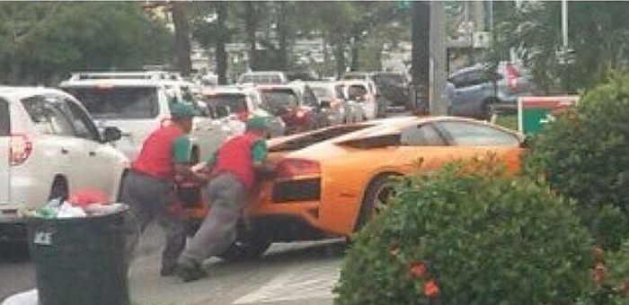 Toyota Yaris помогла суперкару Lamborghini Murcielago (3 фото)