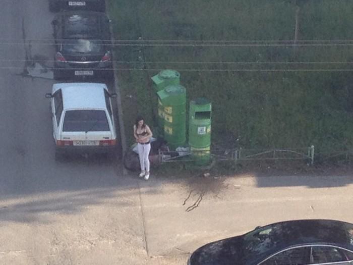 В Санкт-Петербурге контейнер сбора вещей для малоимущих привлек предприимчивую даму (6 фото)