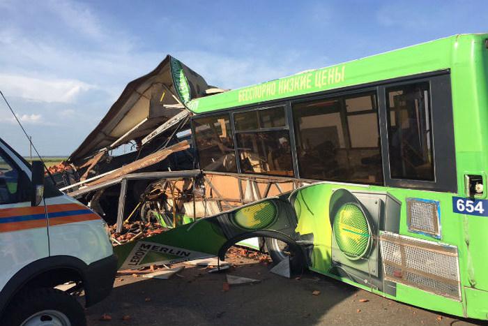Под Омском пассажирский автобус столкнулся с «КамАЗом»: 16 человек погибли, 11 ранены (5 фото)