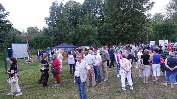 В московском парке «Торфянка» идет противостояние между сторонниками и противниками строительства храма (39 фото)