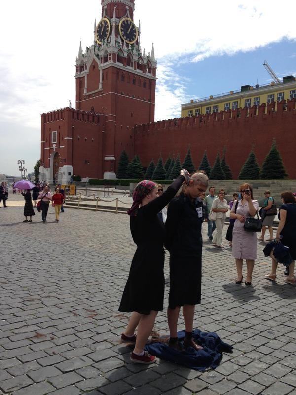 В центре Москвы за перформанс с бритьем головы наголо была задержана активистка Катрин Ненашева (2 фото)