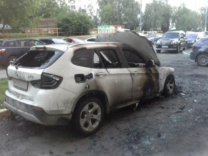 В Москве от рук неизвестных лиц сгорел кроссовер BMW X1 (4 фото)