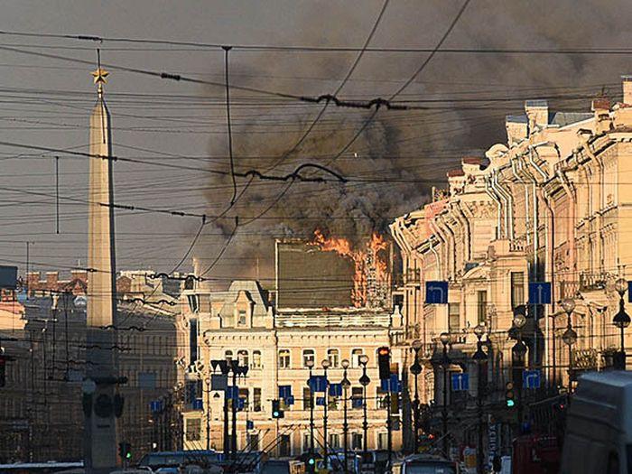 В Санкт-Петербурге сгорело рекламное табло (3 фото)