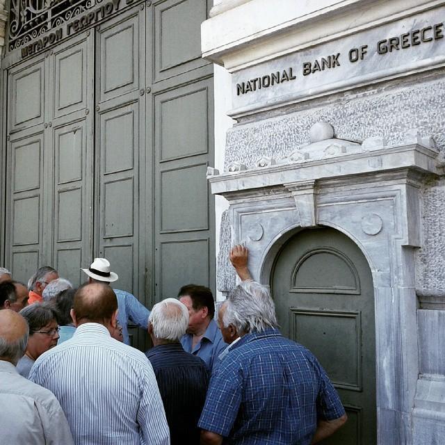 В Греции приостановлена работа банков (13 фото)