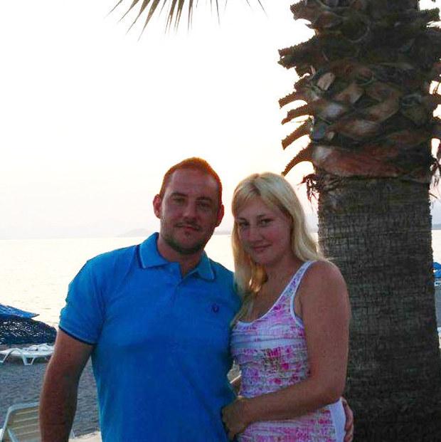 В Тунисе британский турист прикрыл собой невесту, получил три пули и выжил (2 фото)