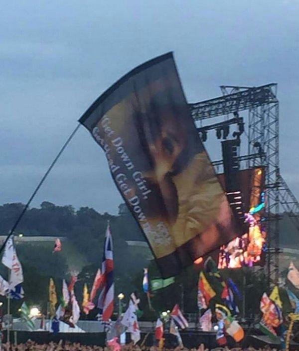 Во время выступления Канье Уэста в толпе появился флаг со сценой из секс-видео Ким Кардашьян (2 фото)