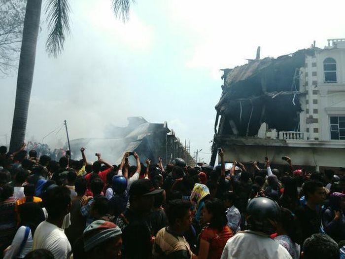 В Индонезии военно-транспортный самолет упал на отель и жилые дома