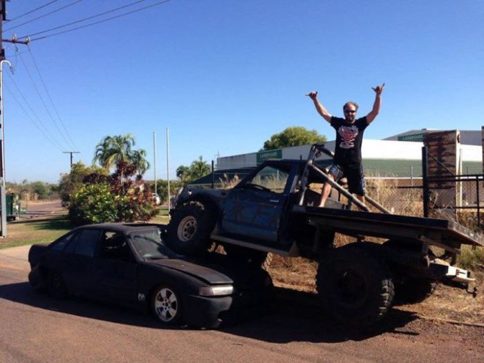 Ревнивый австралиец раздавил авто своего лучшего друга, узнав, что тот спит с его бывшей подругой (3 фото)