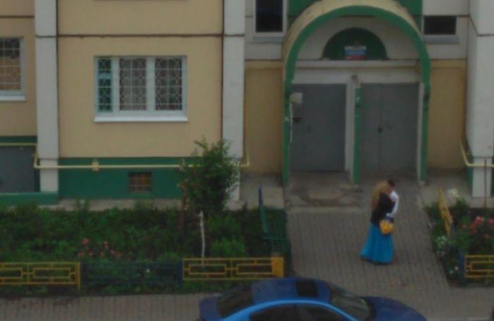 В Воронеже выпускники занялись сексом прямо во дворе многоэтажки (3 фото + видео)