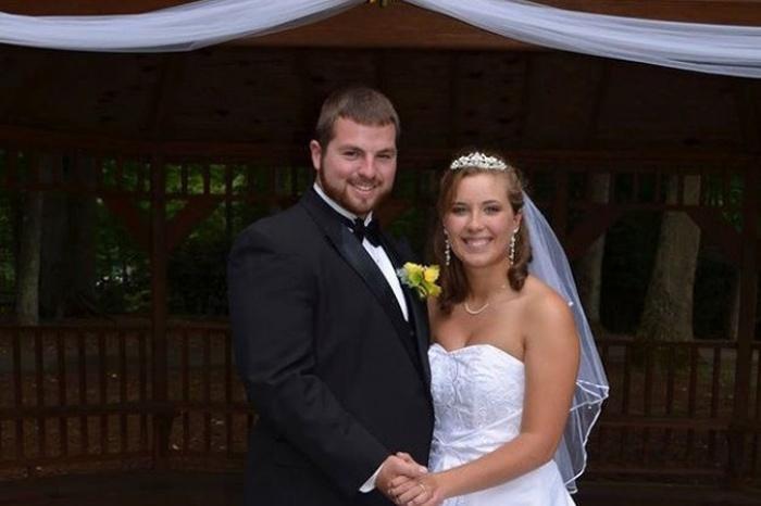 Муж решил повторно сыграть свадьбу, чтобы подарить приятные воспоминания жене, потерявшей память в аварии (8 фото)