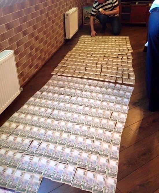 Замгенпрокурора Украины Давид Сакварелидзе опубликовал фото денег, найденных в ходе обысков в прокуратуре (4 фото)