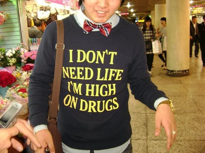 Азиаты и забавные надписи на их футболках (28 фото)