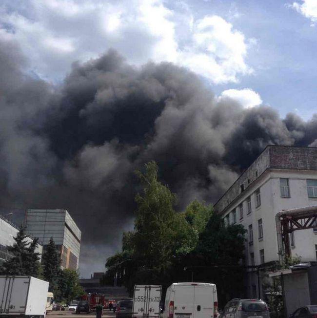 В Москве на бывшем заводе ЗИЛ произошел крупный пожар (13 фото)