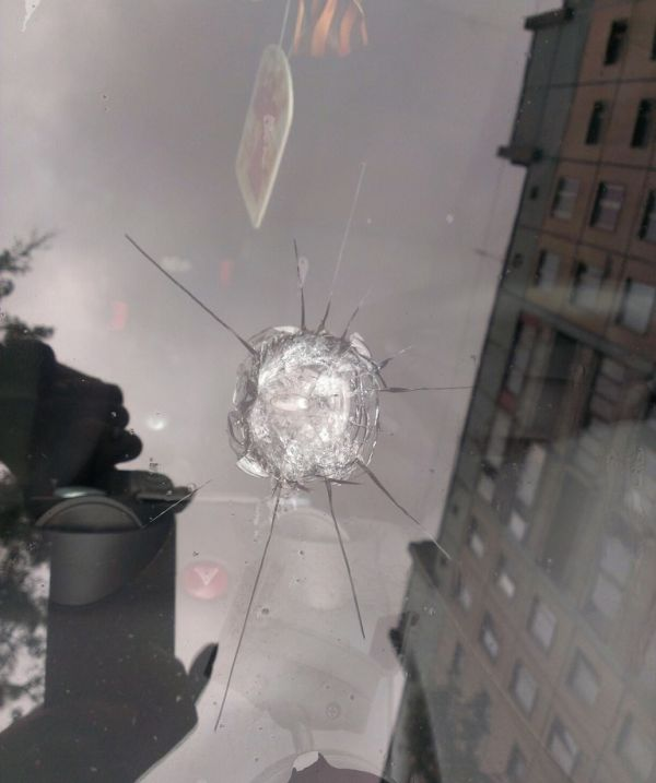 Две пули в лобовом стекле стали расплатой за неправильную парковку (3 фото)
