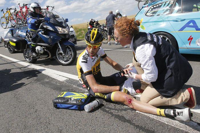 На третьем этапе велогонки «Тур де Франс» произошел массовый завал (13 фото + видео)