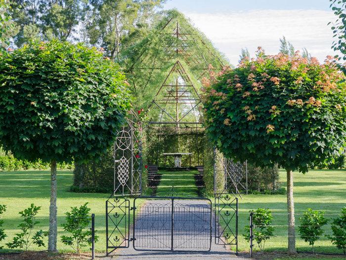 Житель Новой Зеландии вырастил церковь в своем саду (7 фото)