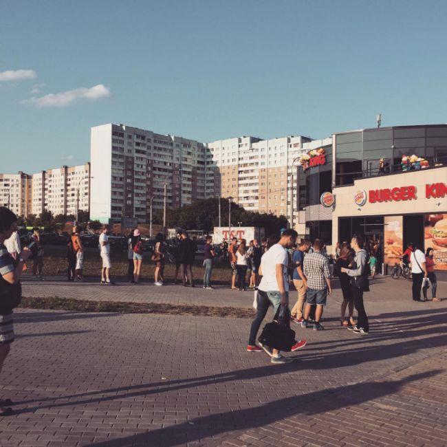 Открытие первого в Белоруссии ресторана Burger King вылилось в массовое наполнение тары бесплатными напитками (6 фото)