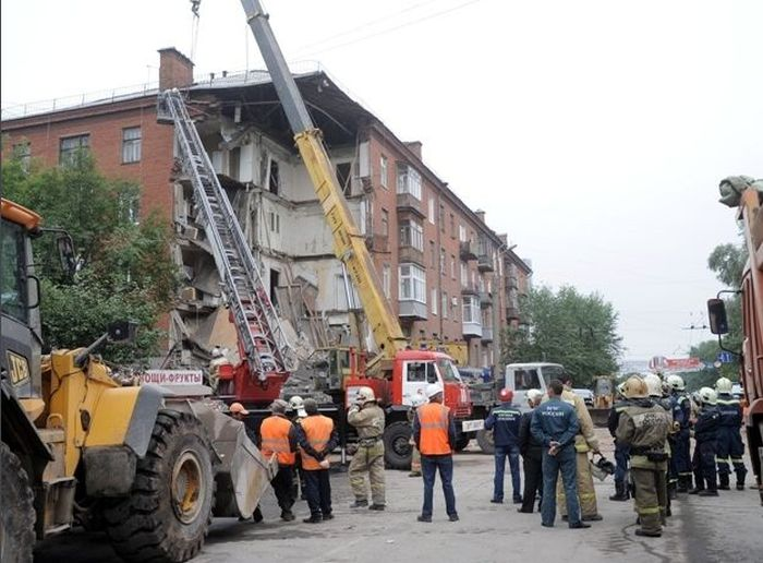 В Перми выясняют причины обвала подъезда 5-этажного дома (15 фото)