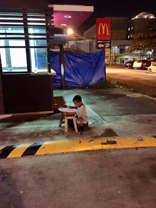 Бездомный филиппинский мальчик, любящий учиться, получил государственную помощь благодаря обычным фото (4 фото)