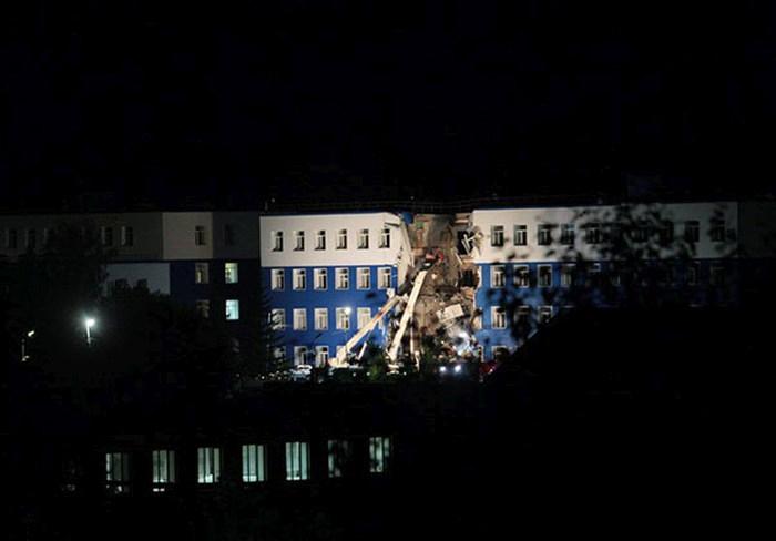 На окраине Омска обрушилась казарма ВДВ. 23 человека погибли, 19 ранены (8 фото)