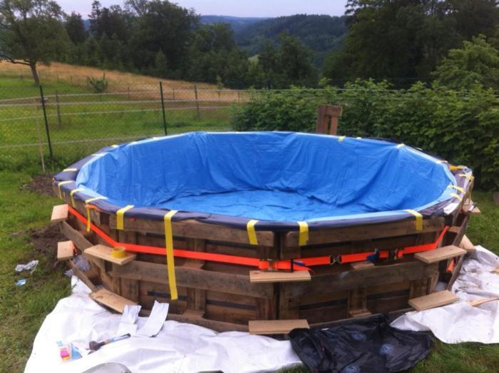 Самодельный бассейн из деревянных поддонов (6 фото)