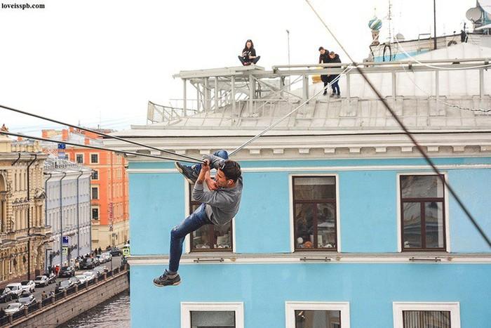 Питерский экстремал на руках пересек Невский проспект по оптоволоконным кабелям (4 фото + видео)