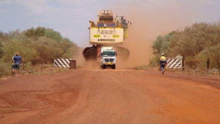Как транспортируют огромные карьерные экскаваторы (4 фото)