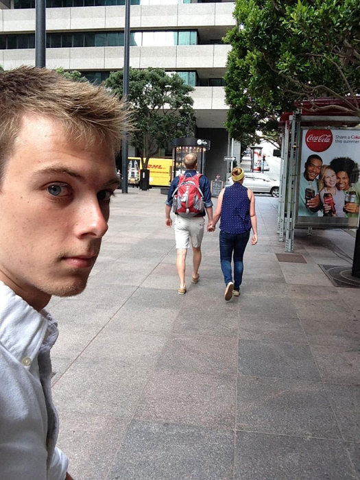 Парень на протяжении трех лет фотографировался на фоне своего лучшего друга и его девушки (9 фото)