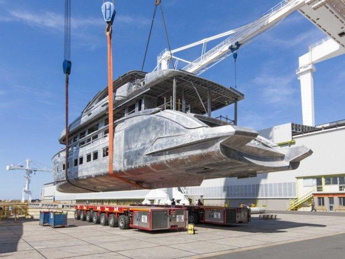 Перемещение яхты стоимостью 17 миллионов евро (11 фото)