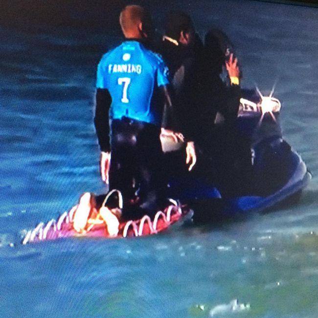 Серфингист Майкл Фэннинг был атакован акулой прямо во время соревнований (3 фото + видео)
