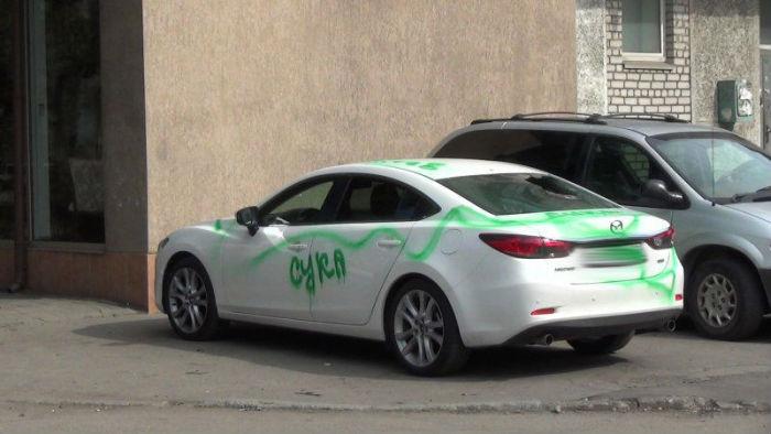 Житель Калининграда в стремлении отомстить бывшей девушке разрисовал краской три автомобиля (3 фото)