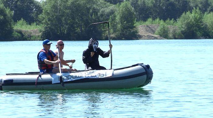 В Усть-Каменогорске для профилактики несчастных случаев на водоемах отдыхающим показали «смерть» с косой (3 фото + видео)