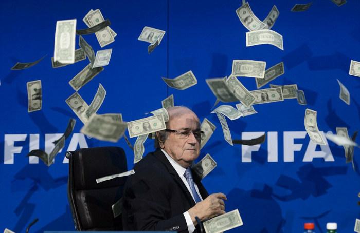 Комик Саймон Бродкин (Ли Нельсон) бросил пачку денег в главу ФИФА Йозефа Блаттера (8 фото)