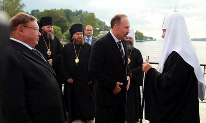 Патриарх Кирилл приплыл в город Плес на новой личной яхте (5 фото)