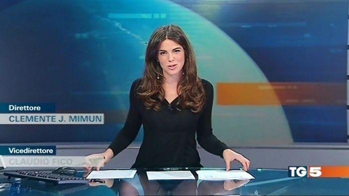 В Италии выпуск новостей совместили с показом нижнего белья ведущих  (6 фото + видео)