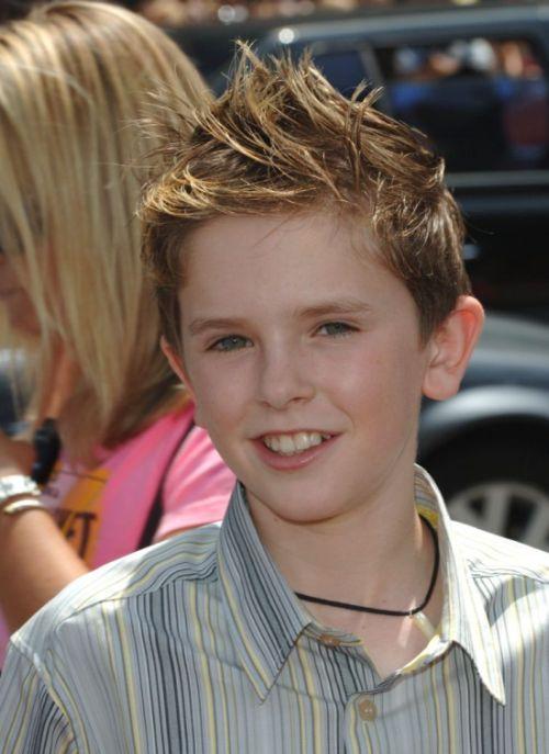 Повзрослевший мальчик Чарли Бакет (Фредди Хаймор) из фильма «Чарли и шоколадная фабрика» (6 фото)