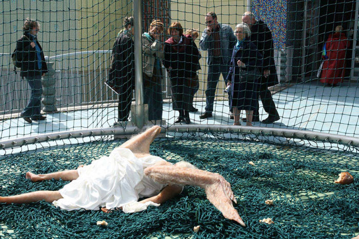 Китайские дизайнеры показали пугающе реалистичного падшего ангела (5 фото)