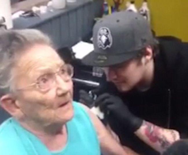 В Ирландии пенсионерка сбежала из дома престарелых, чтобы сделать себе тату (3 фото)