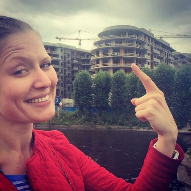 В Санкт-Петербурге спорткар Maserati «припарковали» на балконе строящегося дома (2 фото + видео)