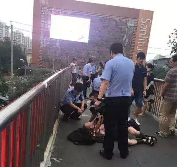 Пекинская полиция арестовала 100 мужчин в костюмах древних спартанских воинов (12 фото)