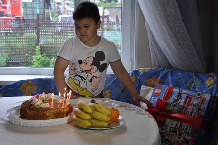 В Петропавловске-Камчатском пожарные поздравили с Днем рождения 7-летнего мальчика Лёню (9 фото)