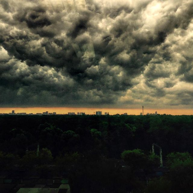 Ливень и гроза обрушились на Москву (18 фото)