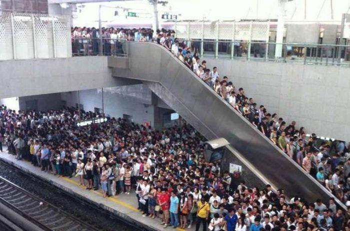 Так выглядит типичный вагон поезда в праздничные дни в Китае (4 фото)