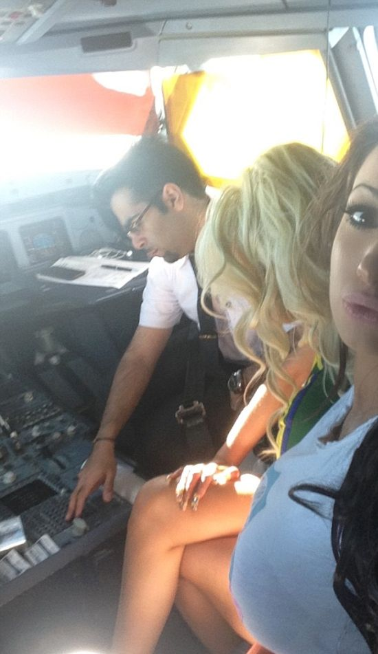 Пилот «Кувейтских авиалиний» в полете развлекался с бывшей порнозвездой Хлоей Хан (3 фото)
