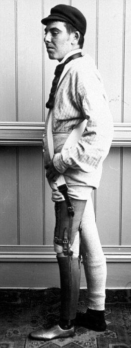 Кожаные протезы начала XX века (12 фото)