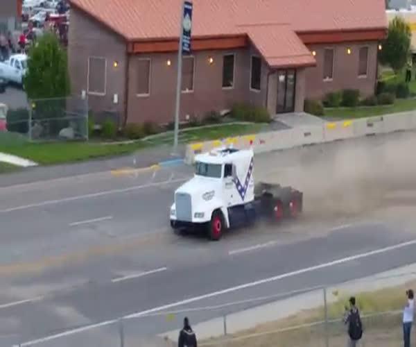 Невероятный прыжок грузовика